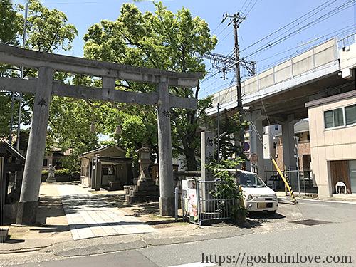 鳥居と阪神電車のガード