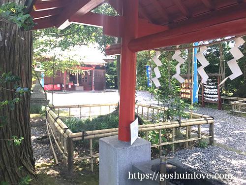 手水舎から拝殿と絵馬掛け所